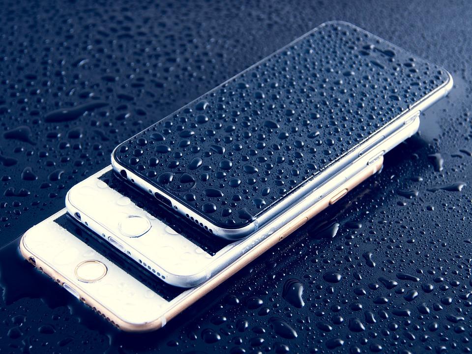 Mobil og iPhone med vandskade